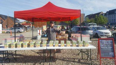 Photo of Lokal ildsjæl uddeler brugsgenstande på sjovmarked Søndag d. 1 Oktober
